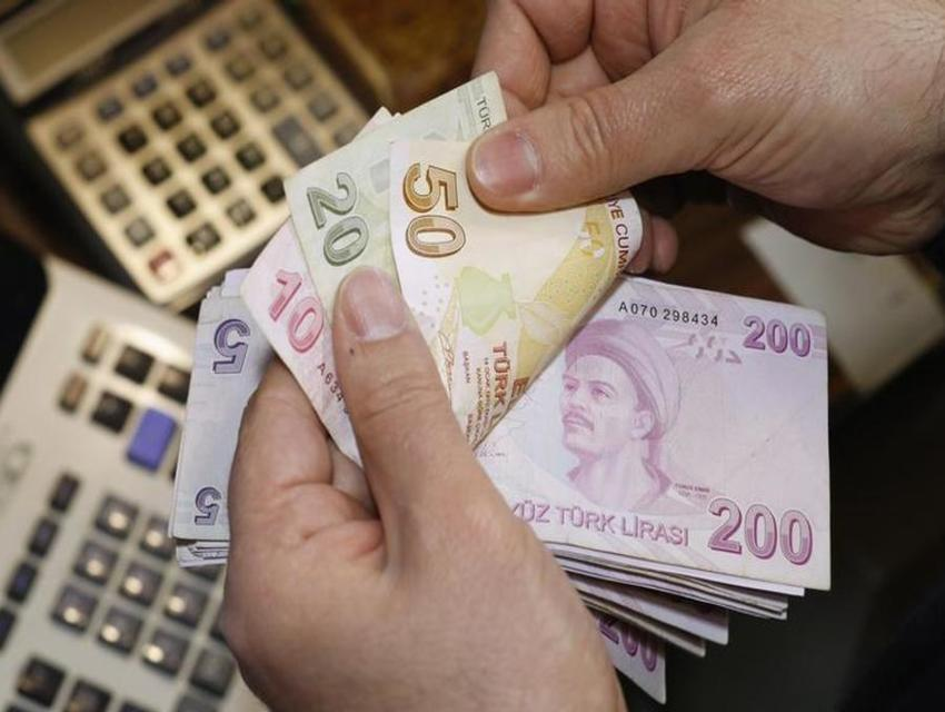 A-money-changer-counts-Turkish-lira-bills-at-a-currency-exchange-office-in-Istanbul.-Reuters.jpg