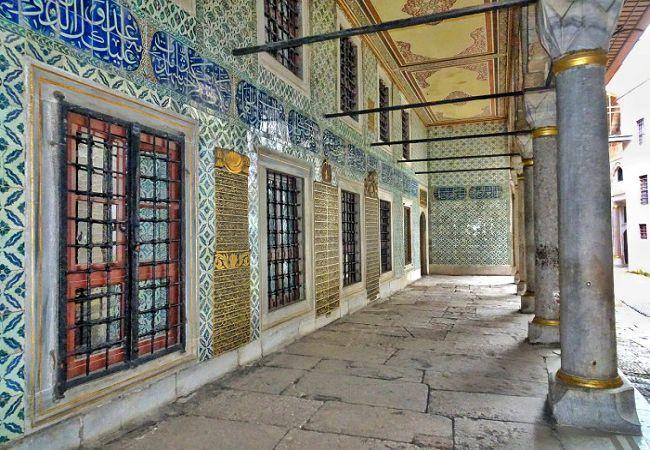 Topkapi-Palace-Harem-Black-Master-Courtyard.jpg